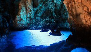 Otok Bisevo, 17.08.2012 - Modra spilja, prirodni fenomen u uvali Balun